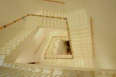 Kamienne schody wewnętrznej klatki schodowej